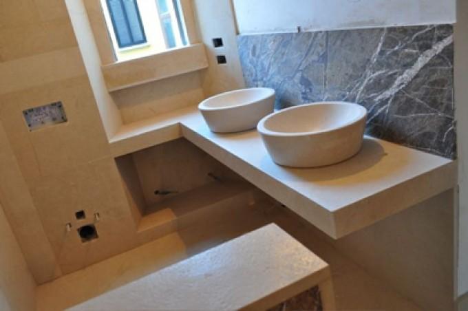 Bagni moderni in pietra su misura le foto pietre e dintorni - Pietre per bagno ...